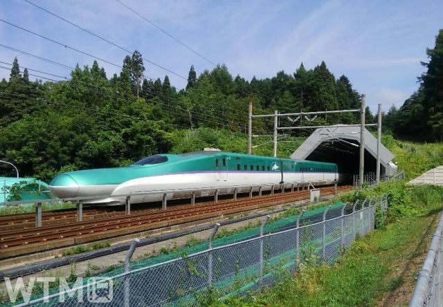 青函トンネル(青森側)に侵入する北海道新幹線H5系(p*******************p/写真AC)