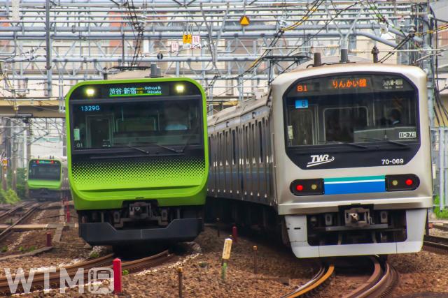 山手線で運行されているJR東日本E235系電車(左)と東京臨海高速鉄道りんかい線70-000形電車(しろかね/写真AC)