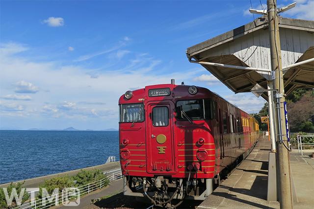 下灘駅に停車中の観光列車「伊予灘ものがたり」JR四国キハ47形気動車(KozieZ400GP/写真AC)